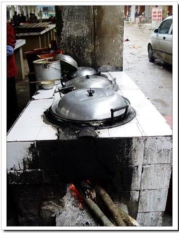 一般都使用砖头砌成的柴火灶或者使用铁桶做的煤球炉